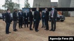 Premijer Federacije BiH Fadil Novalić i predsjednik SDA Bakir Izetbegović tokom posjete Tuzlanskom kantonu u vrijeme korona krize, april 2020