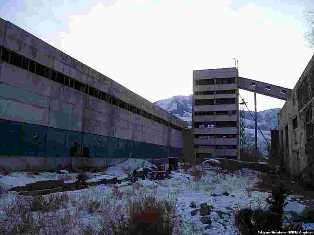 Железобетонный завод ныне выглядит сурово.