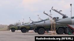 Винищувачі МіГ-29 Повітряних сил ЗСУ перед початком льотної зміни на військовому аеродромі в Київській області