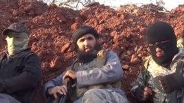 Лидер группировки узбекских боевиков «Таухид валь-Джихад» (в центре) Абу Салах Узбеки.