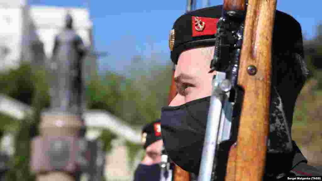 А так в Севастополе отмечали другой праздник – День Черноморского флота. Медицинские маски на военнослужащих, скорее, исключение. Большинство участников марша в Екатерининском сквере необходимые средства защиты не надели