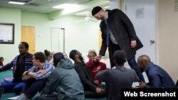 İmam Suhaib Webb seminar iştirakçılarını salamlayır.