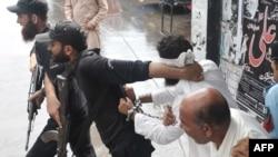 Халіда Чишті ведуть до суду в Ісламабаді, фото 2 вересня 2012 року