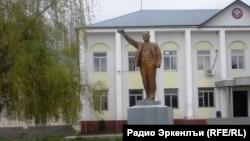 Статуя Ленина перед администрацией Новолакского района