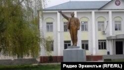 Статуя Ленина перед зданием администрации Новолакского района