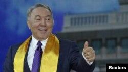Нұрсұлтан Назарбаев кезектен тыс президент сайлауынан соң өз жақтастарымен жиында тұр. Астана, 27 сәуір 2015 жыл.
