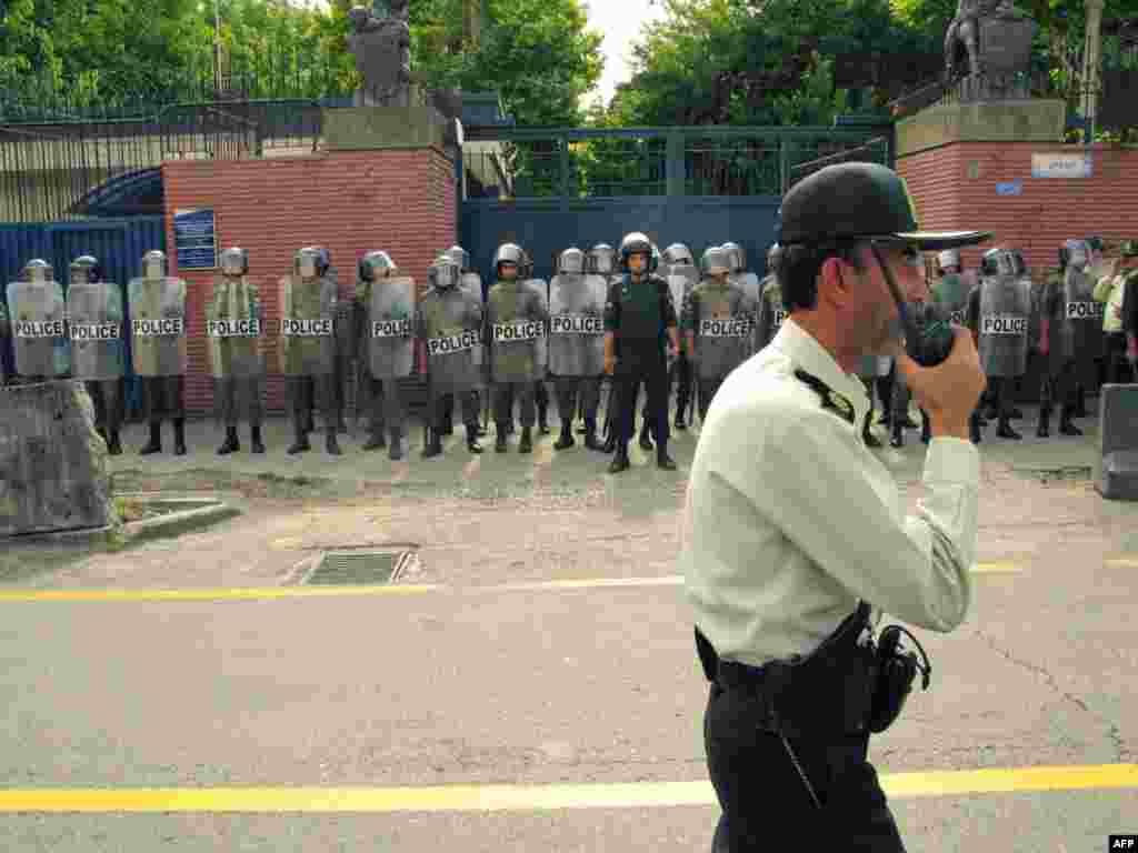 """Иранская полиция и проправительственная военизированная группировка """"Басидж"""" не допускают в Тегеране новых оппозиционных демонстраций"""