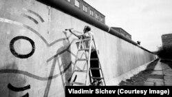 Кит Харинг, рисующий на западной стороне берлинской стены в 1986 году. Фотография Владимира Сычева