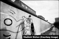 Кита Харинг, рисующий на западной стороне Берлинской стены в 1986 году