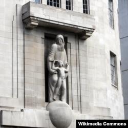 """Фасад штаб-квартиры Би-Би-Си – Дома вещания – скульптор Эрик Гилл украсил фигурами героев шекспировской """"Бури"""" - волшебника Просперо и духа воздуха Ариеля."""