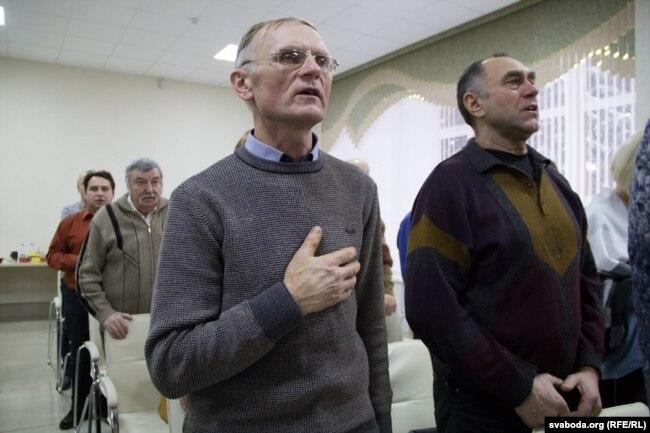 Удзельнікі канфэрэнцыі сьпяваюць гімн «Магутны Божа»