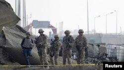Американские солдаты у места взрыва