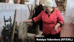 Директор школы в деревне Атирка Ирина Терещенко проводит экскурсию по местному краеведческому музею
