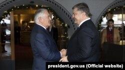 Президент України Петро Порошенко (праворуч) і державний секретар США Рекс Тіллерсон. Давос, 26 січня 2018 року