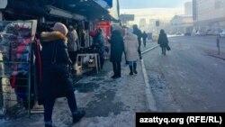 """""""Астаналық"""" базары аумағындағы көшедегі сауда. Нұр-Сұлтан, 19 қаңтар 2021 жыл."""