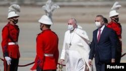 مصطفی الکاظمی در فرودگاه به استقبال پاپ فرانسیس رفت