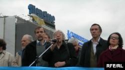 Акция протеста на Новопушкинской площади. 26 апреля 2007 года 18 часов вечера. На трибуне Лев Пономарев, Людмила Алексеева, Алла Гербер, Владимир Лысенко