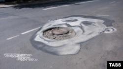 A pothole caricature of Sverdlovsk Governor Yevgeny Kuivashev