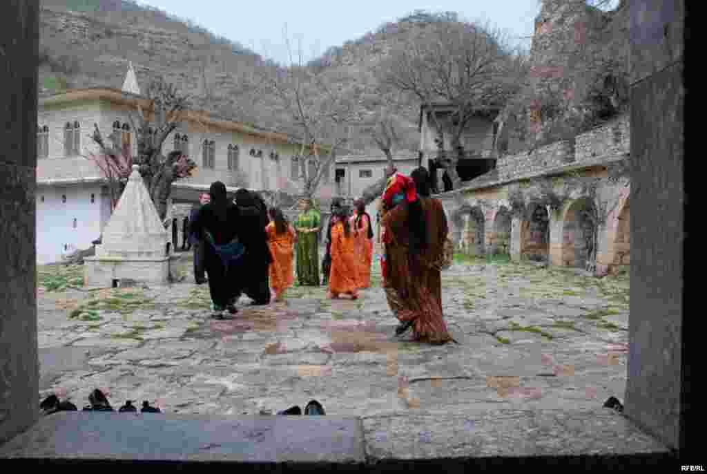 تصويري ديگر از خانواده هاي ايزدي که پرستشگاه را پس از نيايش ترک مي کنند.