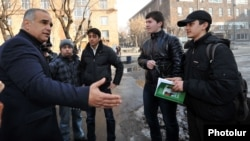 Armenia - Opposition presidential candidate Raffi Hovannisian talks to university students in Yerevan, 24Jan2013.