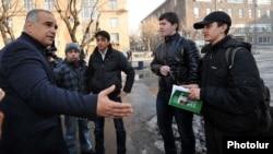 Armenia - Opposition presidential candidate Raffi Hovannisian talks to university students in Yerevan, 24Jan2013.