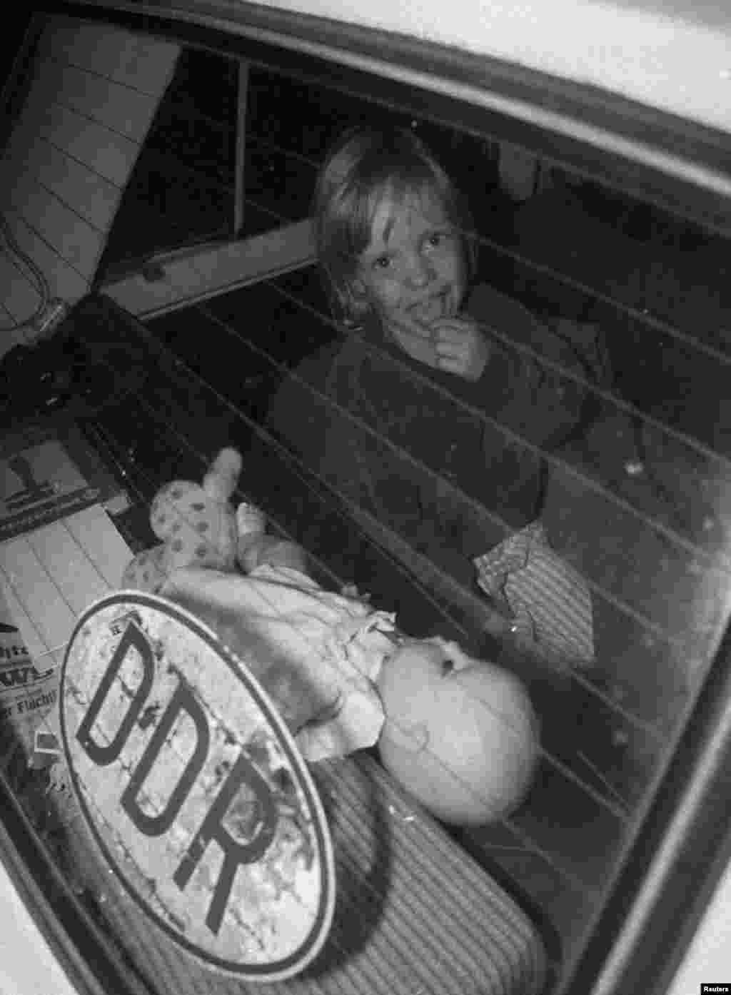 Ребенок в машине из ГДР на пограничном переходе Хедьешхалом
