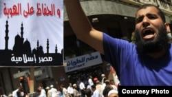 """Демонстрант-фундаменталист на площади Тахрир. На плакате: """"Сохраняя идентичность - исламский Египет"""""""