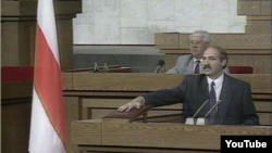 Аляксандар Лукашэнка прысягае на Канстытуцыі, 1994 год