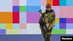 سرباز ارتش بلژیک در یکی از خیابانهای پر رفتوآمد در مرکز بروکسل