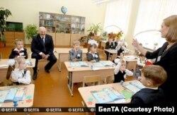 Марыя Багамолава ў клясе з Аляксандрам Лукашэнкам, 1 верасьня 2011. Фота: БелТА