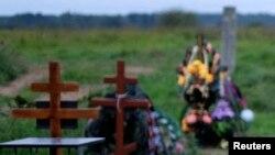 Кладбище в Псковской области со свежими могилами