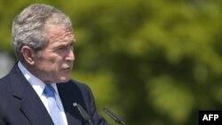 جرج بوش بار دیگر در اسلوونی تاکید کرد که آمريکا و اروپا بايد مانع دستيابی ايران به سلاح هسته ای شوند.(عکس: AFP)