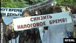 «Алтын базарда» саудамен айналысатын кәсіпкерлер салықты азайтуды талап етіп тұр. Петропавл, 30 шілде 2009 жыл.
