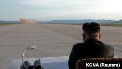 Солтүстік Корея басшысы Ким Чен Ын зымыран ұшыру сынағын бақылап отыр. Қыркүйек 2017 жыл.