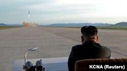 Лідер Північної Кореї Кім Чен Ин спостерігає за запуском ракети, вересень 2017 року