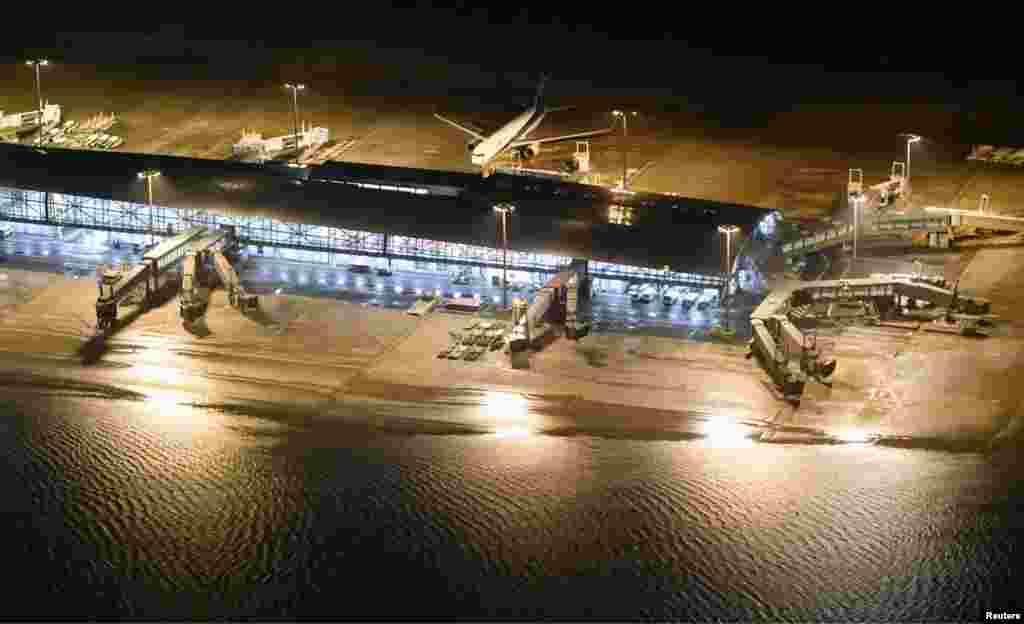 Затоплена злітно-посадочна смуга в аеропорту Кансай