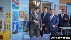 Рөстәм Миңнеханов Казанның халыкара мәктәбендә, архив фотосы