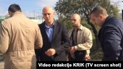 Nikola Ristić (drugi s leva) oduzima materijal novinara portala KRIK.rs