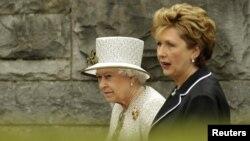 Елизавета II и Мэри Макэлис