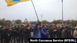 Элиста, митинг против назначения и.о. главы администрации городаДмитрия Трапезникова, архивное фото