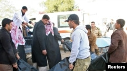 أهالي تكريت ينقلون ضحايا الهجوم الى المستشفى