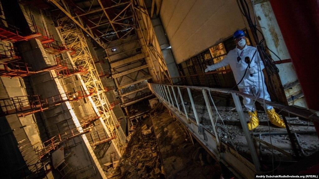 Внутри разрушенного взрывом в 1986 году блока Чернобыльской АЭС;  1 ноября.