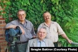 Чыңгыз Айтматов Брюсселде журналисттер менен. И. Бакировдун белек фотосу.
