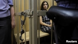 В блогах представлен разнообразный выбор возможных наказаний для участниц группы Pussy Riot (на снимке - Надежда Толоконникова в Таганском суде Москвы, 20 июня 2012 года).