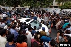 Біля розстріляного авта Амджада Сабрі, Карачі, 22 червня 2016 року