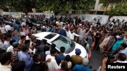 Полициянын маалыматына караганда, ырчы Эмжад Сабриге 22-июнда автомобилде бараткан кезде мотоциклчен белгисиз адамдар ок чыгарган.