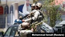 Афганские силовики недалеко от места нападения боевиков на посольство Ирака в Кабуле, 31 июля 2017 года
