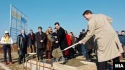 Премиерот Никола Груевски поставува камен темелник на фабриката на Сведмилк