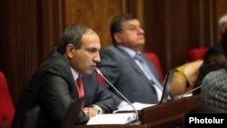 Armenia - Opposition deputy Nikol Pashinian speaks in the parliament, Yerevan, 9Sept2013.