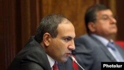 Оппозиционный депутат Никол Пашинян на заседании Национального Собрания (архив)